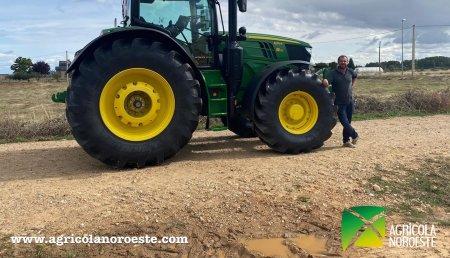 Agrícola Noroeste  entrega John Deere 6215R a Alberto