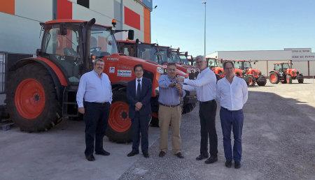 Guillermo García Muñoz hace entrega de una flota de tractores Kubota a Cam Rental