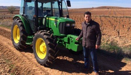 Agricola Castellana entrega  un JOHN DEERE 5075E a la explotación vinícola y hortofrutícola de Fermín López Rojo de Quintana del Pidio (Burgos)
