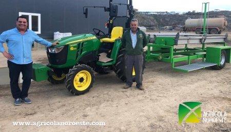 Agrícola Noroeste  entrega John Deere 3038E  a Santiago de la Ganaderia de Hnos. Conejo situada en Algadefe