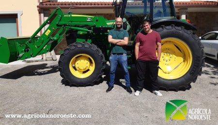 Agrícola Noroeste entrega John Deere 5090M con pala 543R a Efren