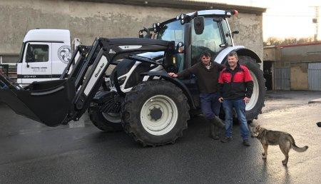Agrícola Patricio entrega Valtra N134A, con pala Quicke Q4L.  a Manuel Ángel, de Aradillos, Reinosa