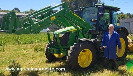 Agrícola Noroeste  entrega John Deere 5100R + PALA 543R  a M° Victoria Rodriguez Cibeira y su marido Jesus