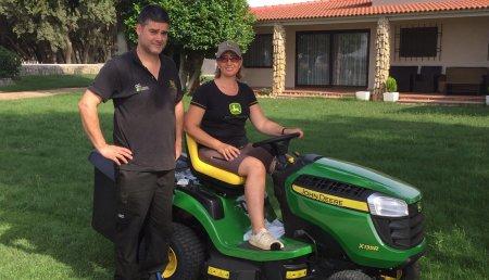 Jardinería Agrícola Castellana entrega de minitractor cortacésped JOHN DEERE X135R a Elena Mozo Cocho en Villalba de los Alcores (Valladolid)