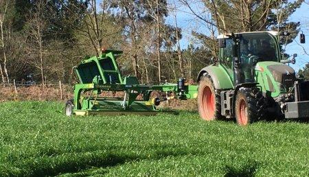 Millares Torron entrega segadora arrastrada Krone a servicios agricolas.