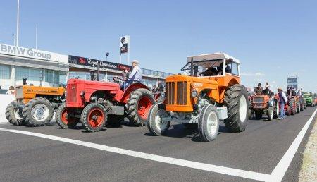 Tractores, Simcas, Dodges, y más de 150 modelos producidos en la factoría Barreiros Diésel, toman el circuito del Jarama RACE en el homenaje a Eduardo Barreiros