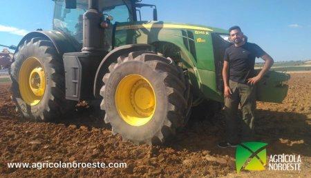 Agrícola Noroeste  entrega John Deere 8245R a Santiago