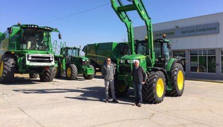 Agricola Castellana entrega  en  Villagarcía de Campos (Valladolid) a Sebastián Junquera, un John Deere 6155R con autoguiado y con pala 663R