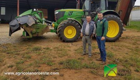 Agricola Noroeste con AgroBarreiro enrega a Trabajos agricolas y forestales Taboada S.L de Vilamaior Ordes (A Coruña ), John Deere 6195M con transmisión Command Quad y segadora frontal John Deere F310R.