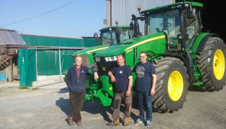 Agricola Castellana entrega JOHN DEERE 8245R a la SAT JOGU, de Castanedo (Cantabria).