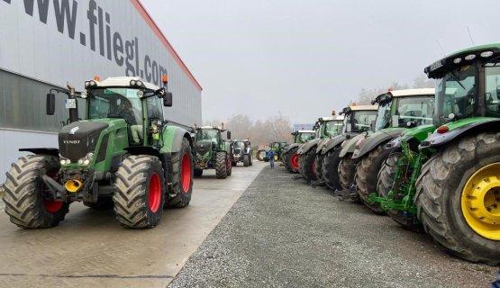 Los agricultores  Alemanes se detenían ayer en Triptis, sede de Fliegl Trailer