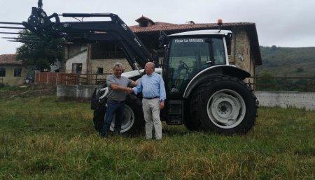 Agrícola Patricio  entrega Valtra A114 con pala Valtra G3L a Finca la Afayaiza