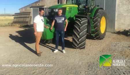 Agrícola Noroeste  entrega John Deere 6215R a Roberto