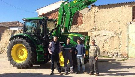 Comercial Agricola Castellana Entrega un JOHN DEERE 6155 R Ultime con pala 643R a nuestro agricultor Javier Centeno Castell, de Matilla de los Caños (Valladolid).