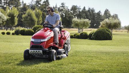 La marca entra en el mercado de cortacéspedes eléctricos a batería en el marco de una actualización general de su gama de jardinería y añade un nuevo modelo a su gama estrella de motoazadas.