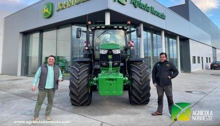 Agrícola Noroeste entrega John Deere 6215R a Miguel