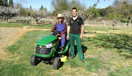 Agricola Castellana entrega de minitractor cortacésped en Peñaranda de Bracamonte a Román Ruano Hernández.