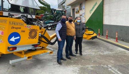 Maxideza entrega a Ana Maria ferradas Taboada y Jose Manuel , desbrozadora Frontoni Drago 500, en Silleda, Pontevedra.