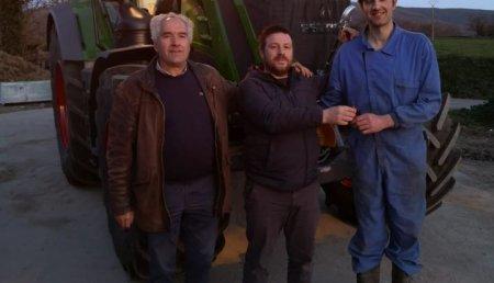 Maxideza entrega a Ganaderia Valcarcel Lancara sl, de Lancara(Lugo), un tractor Fendt 824