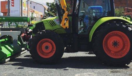 Talleres Agrícolas Mata entrega Claas Atos 330 con pala tenías en Coristanco (A Coruña).