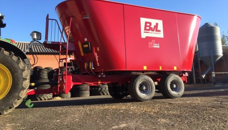 Farming Agricola nuestro distribuidor Talleres Barrio entrega  Carro Mezclador - BvL V-Mix 30-2S en la Granja Carraotones