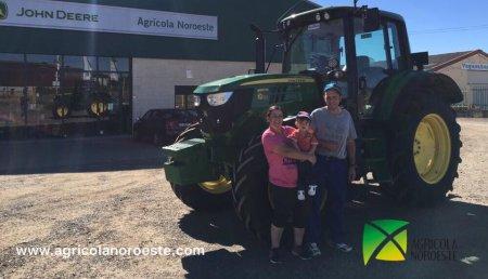 Agrícola Noroeste entrega  John Deere 6120M a Bea y Antonio