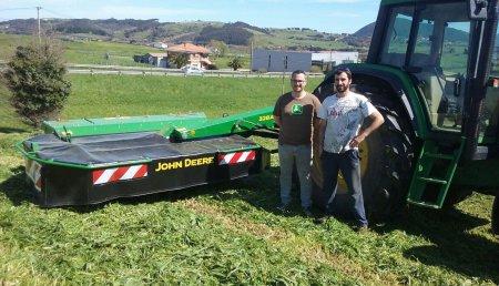 Agricola Castellana Entrega de segadora acondicionadora JOHN DEERE modelo 328A a SAT Rudi, en la localidad cántabra de Bareyo.
