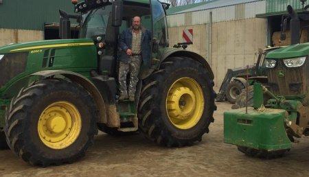 Agrícola Castellana entrega en  Villacarralon (Valladolid), John Deere 6250R ultime a Felipe Rojo