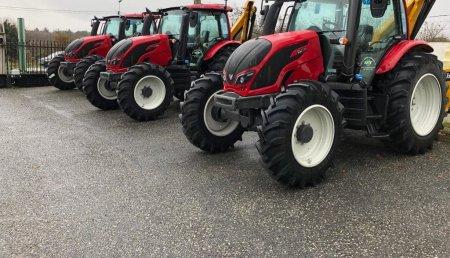 Millares Torron entrega de estos tres tractores VALTRA N114 con desbrozadoras de brazo ORSI y trituradoras laterales LOPEZ GARRIDO a la Xunta de Galicia