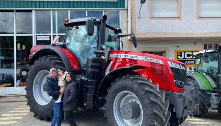 Maxideza entrega a Agroforestal Pascual, de Bama (Touro, A Coruña),  Massey Ferguson 8732 Dyna Vt.