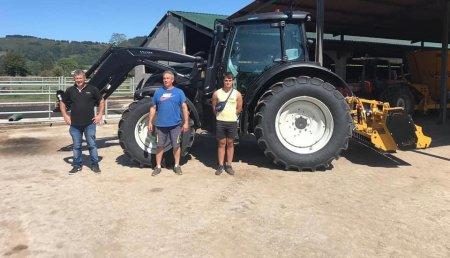 Agrícola Patricio entrega Valtra N154eA con pala Valtra G5, Trituradora lopezgarrido TGA a Francisco Javier