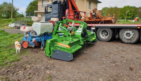 Millares Torron entrega Amazone kE 3000 y esta sembradora de maiz de ocasión a ganaderia Grela y ganados Casanoba de friol