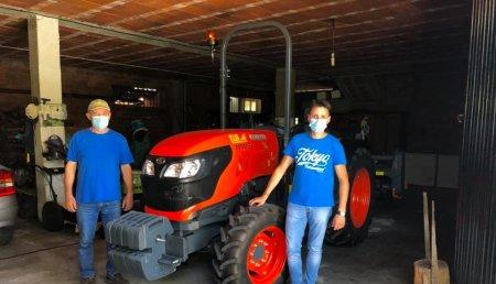 Tecnor Lalin Maquinaria entrega kubota M5091 Arco en Asados,Rianxo a Patric e Susana