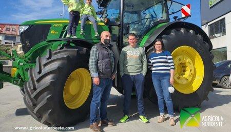 Agrícola Noroeste entrega John Deere 6R - 6215R a Ganaderia Tecedeiras SC de Castro