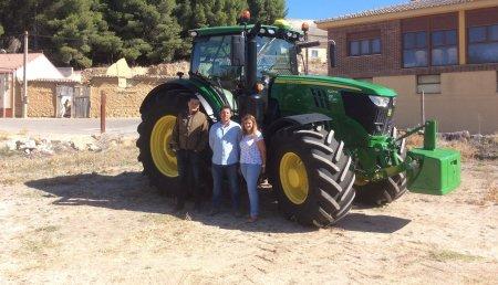 Comercial Agrícola Castellana Entrega JOHN DEERE 6215R Autopower con equipo de Autoguiado a  Javier Gil Valdivieso y Eva Maria, de Mucientes (Valladolid).