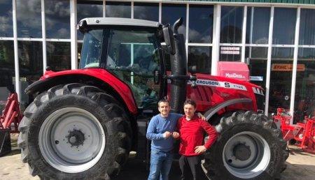 Maxideza entrega a Trayfor de Vilatuxe (Lalín) el tractor Massey Ferguson modelo 7724 Dyna vt