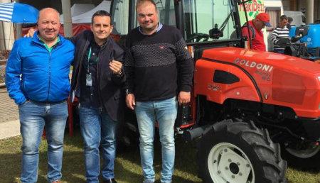 Maxideza entrega a Xoco sc y Mamuelas, el tractor Goldoni energy 80