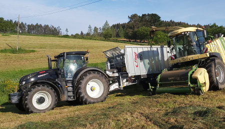AgroForestal Xanceda Garcia&Barreiro ensilando hierba en Casa Grande de Xanceda