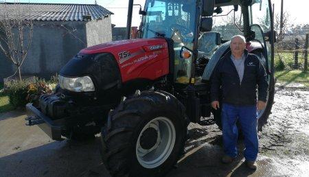 Agricola Matova Entrega a German Rodriguez, de Samede - Tordoia,  Case IH Farmall A75
