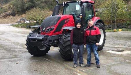 Agrícola Patricio entrega  Valtra T174eH a Fede de la empresa servicios y desbroces Mogosa S.L.