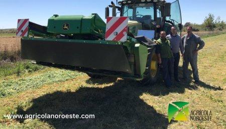 Agricola Noroeste entrega John Deere 6155R + segadora frontal segadora acondicionadora John Deere modelo 331 a Alfonso y Toño