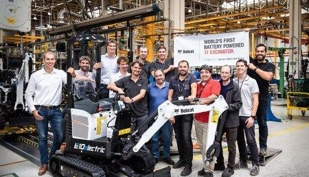 La primera excavadora eléctrica Bobcat sale de la línea de producción