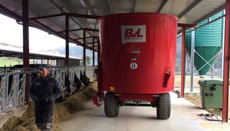 Deltacinco entrega Carro mezclador Bernard van Lengerich Maschinenfabrik Gmbh & Co.KG - BvL, V-Mix 13 1 S, a la Ganadería Carrizo Naraval de Tineo (Asturias)